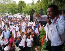 Carlos Tut, candidato a alcalde, durante una actividad proselitista.