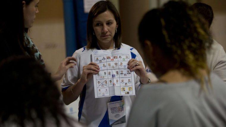 Los integrantes de las mesas electorales podrán conservar su celular durante el conteo. (Foto Prensa Libre: Hemeroteca PL)