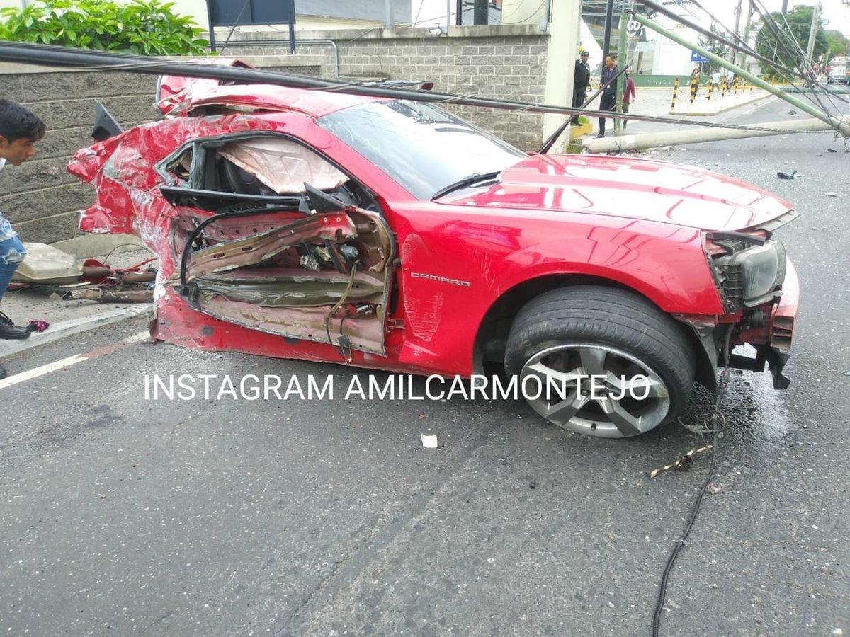 Video: Auto deportivo derriba dos postes y queda destruido en el bulevar Los Próceres