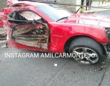 Un vehículo accidentado en la zona 10 capitalina quedó destruido al chocar con dos postes. (Foto Prensa Libre: Amílcar Montejo)