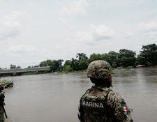 Miembros de la Guardia Nacional de México a la orilla del río Suchiate. (Foto Prensa Libre: Mynor Toc).