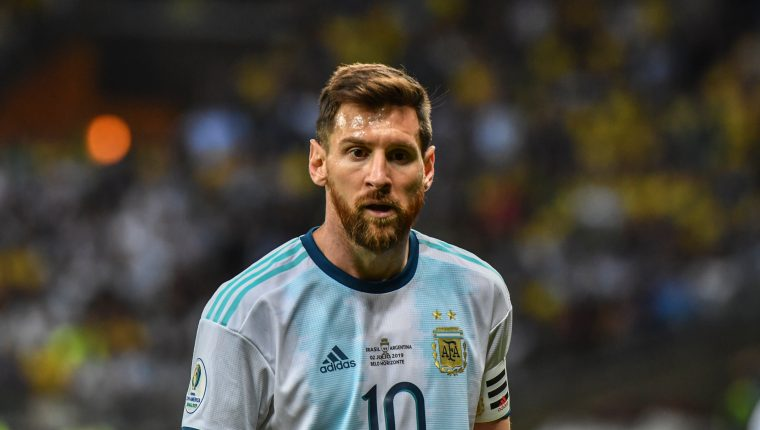 Lionel Messi criticó el arbitraje después de la eliminación de Argentina. (Foto Prensa Libre: AFP)