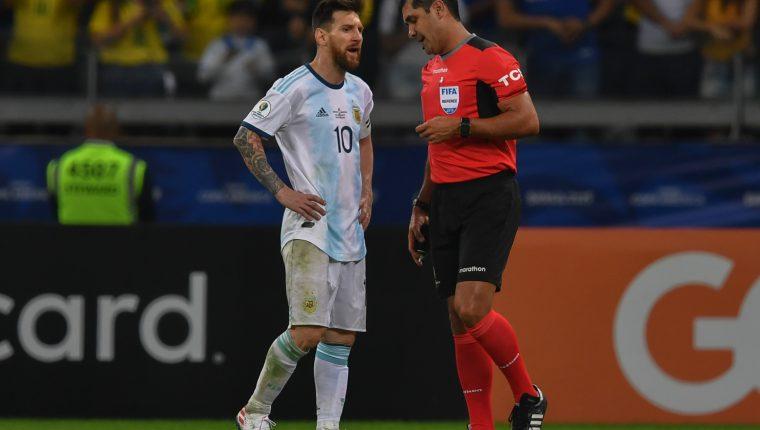 Lionel Messi conversa con el árbitro Roddy Zambrano durante el partido de semifinales de la Copa América 2019 entre Argentina y Brasil. (Foto Prensa Libre: AFP)