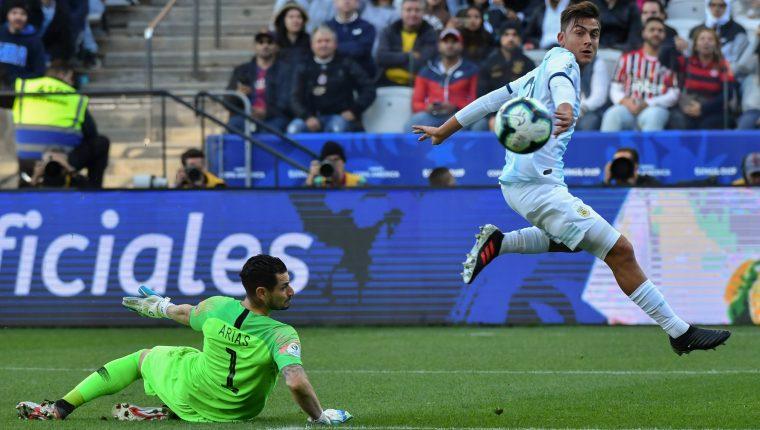Paulo Dybala observa el balón que va directo al fondo de la portería de la selección de Chile. (Foto Prensa Libre: AFP)
