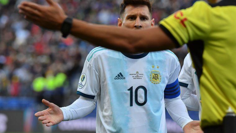 Lionel Messi le reclama al árbitro después de ser expulsado. (Foto Prensa Libre: AFP)