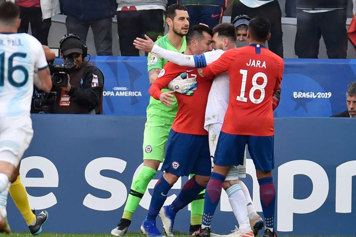 Lionel Messi sale expulsado después de verse involucrado en pelea con el chileno Gary Medel