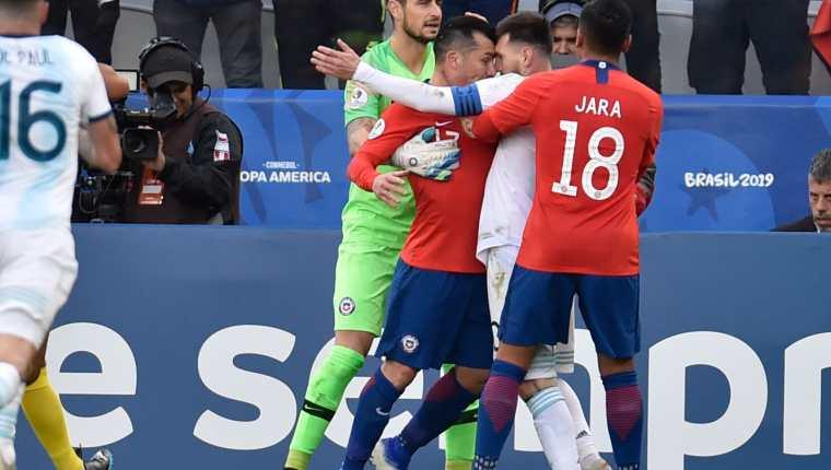 Lionel Messi fue expulsado por esta jugada con Gary Medel. (Foto Prensa Libre: AFP)