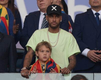 Neymar junto a su hijo David Lucca da Silva en el palco del estadio Maracaná. (Foto Prensa Libre: AFP)
