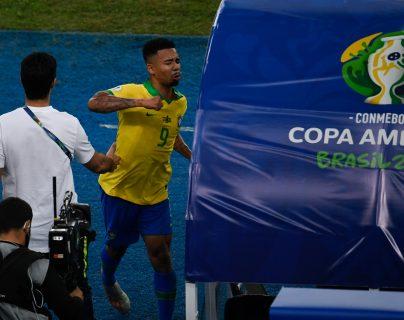 Gabriel Jesus desató su furia después de ser expulsado por doble amarilla en la final de la Copa América 2019. En la imagen golpea el banquillo del cuarto árbitro, después le pegó a la caseta del VAR. (Foto Prensa Libre: AFP)