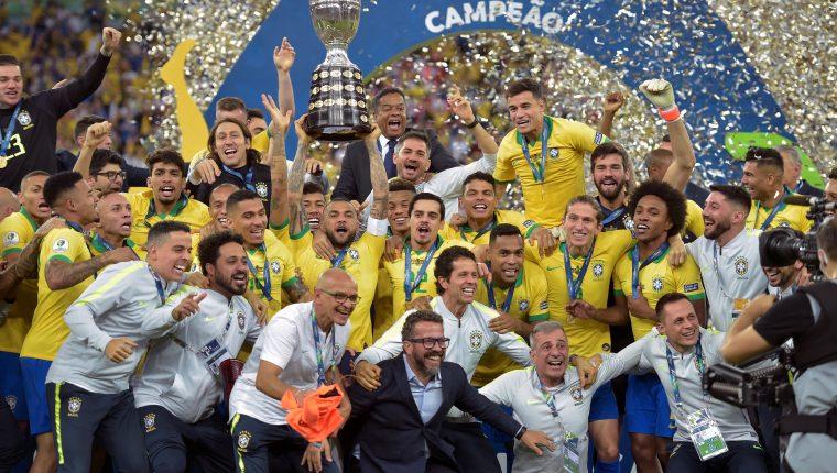 Dani Alves levanta el trofeo de campeones de la Copa América 2019. (Foto Prensa Libre: AFP)