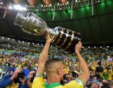 Richarlison, anotador del tercer gol de Brasil en la final contra Perú alza el trofeo de campeones de la Copa América 2019. (Foto Prensa Libre: AFP)