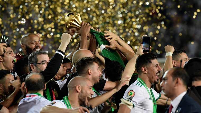 Los jugadores de Argelia celebran el título del CAN 2019 después de vencer a Senegal en la final. (Foto Prensa Libre: AFP)