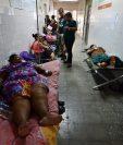 La emergencia es tan grande que algUnos pacientes se encuentran en los pasillos de los hospitales. (Foto Prensa Libre: AFP)