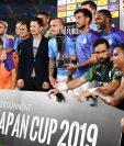El Manchester City recibe el trofeo después de vencer sin problemas al Yokohama Marinos. (Foto Prensa Libre: AFP)