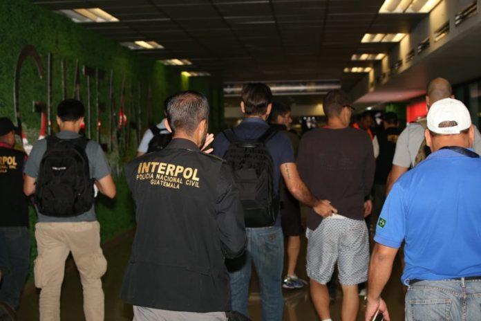 Mataron a su padrastro: Guatemala expulsa a dos brasileños requeridos por la justicia