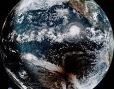 Imagen sateliltal que muestra el eclipse y un huracán. NOAA Y NASA