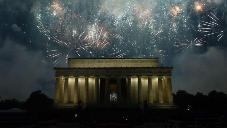La celebración incluyó un espectáculo militar, acrobacias de aviones y fuegos artificiales.