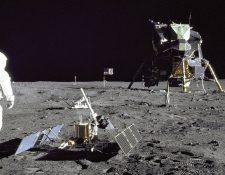 Aldrin despliega el experimento sísmico en la superficie lunar. Un poco más atrás se ve el experimento del retroreflector y, al fondo, el módulo de alunizaje Águila.