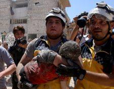 Miembros del equipo de defensa civil de Siria, conocidos como cascos blancos, rescataron vivo a un niño que resultó herido durante un bombardeo de Rusia en la provincia de Idlib.