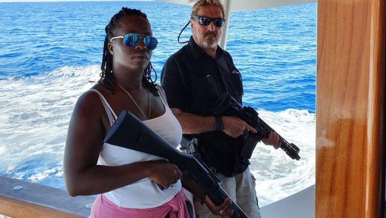 John McAfee posteó en Twitter esta foto junto a su esposa aparentemente tras salir de Cuba.
