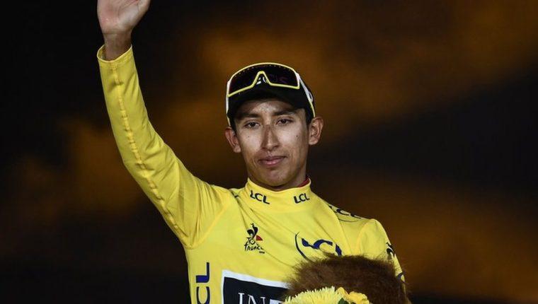 Egan Bernal de amarillo en el podio de París, al final del Tour de Francia. Para muchos, el mayor triunfo en la historia del deporte colombiano.
