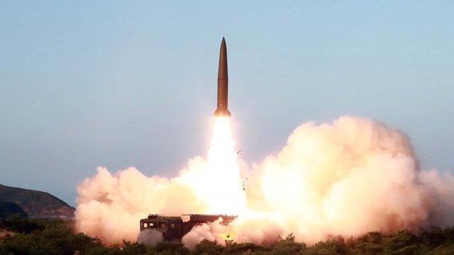En la imagen, sin fecha ni lugar especificado y proporcionada el pasado 26 de julio por la agencia de noticias de Corea del Norte, KCNA, se observa el lanzamiento en un misil.