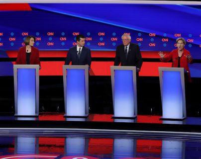 Sanders y Warren, los candidatos demócratas más progresistas, recibieron varios ataques de sus colegas más moderados en el debate de este martes. GETTY IMAGES