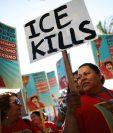 Migrantes y organismos humanitarios protestan en contra de las condiciones en que se mantienen los migrantes en centros de detención. (Foto Prensa Libre; AFP)