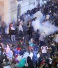 Policía lanza gas lacrimógeno a manifestantes que exigen la renuncia de Ricardo Rosselló, gobernador de Puerto Rico. (Foto Prensa Libre: AFP)