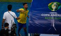 Gabriel Jesus descargó su furia al salir del campo  después de ser expulsado. (Foto Prensa Libre: AFP)