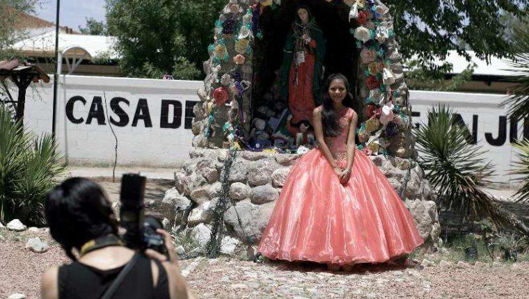 Melany junto a una imagen de la Virgen de Guadalupe en la Casa del Migrante en Ciudad Juárez. (Foto Prensa Libre: Cortesía Xinhua).