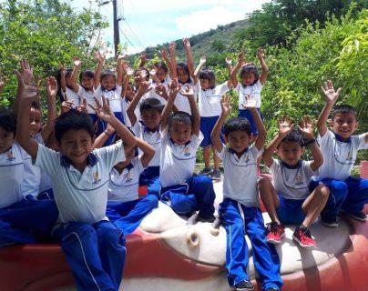 Los estudiantes de la escuela de Ixcanal juegan con los zapatos de la escenografía de la gira Circo Soledad, de Ricardo Arjona. (Foto: Cortesía Fundación Adentro)
