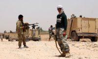 HMD01. HELMAND (AFGANISTÁN), 16/05/2019.- Varios militares participan en una operación militar en el distrito de Nad-e-Ali en Helmand (Afganistán), este jueves. Tras casi 17 años de conflicto armado, el Gobierno afgano domina alrededor de un 55 % del territorio de Afganistán, y los talibanes en torno al 11 %, mientras que el resto del territorio está en disputa, según los últimos datos del SIGAR publicados en enero. EFE/ Watan Yar