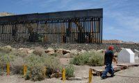 -FOTODELDÍA- MEX3282. CIUDAD JUÁREZ (MÉXICO), 27/05/2019.- Fotografía del 26 de mayo de 2019 que muestra el muro que está construyendo Jeff Allen (dcha), un ciudadano estadounidense de 56 años, para impedir el cruce ilegal de migrantes en la franja fronteriza de Estados Unidos y México, donde convergen Texas y Nuevo México con el norteño estado mexicano de Chihuahua. Allen, en declaraciones a medios, explicó que hace seis años adquirió una propiedad en el lado estadounidense que colindaba con la frontera de estos dos países y que el terreno carecía de alguna construcción que delimitara el espacio. La obra, parecida a la que está actualmente construyendo el Gobierno de Donald Trump, tiene una longitud de poco más de 800 metros y podría ser terminada en las próximas semanas. EFE/David Peinado