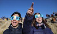 AME2787. MERLO (ARGENTINA), 02/07/2019.- Dos niños con anteojos protectores miran el sol antes del Eclipse solar total este martes, en Merlo, San Luis (Argentina). EFE/Nicolas Aguilera