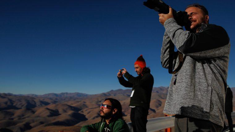 Sergio Izquierdo, en primer plano, durante el eclipse solar en el observatorio de La Silla, en Chile (Foto Prensa Libre: EFE).
