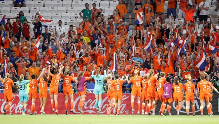 Las holandesas festejaron su pase a la gran final, junto a la afición. (Foto Prensa Libre: EFE)