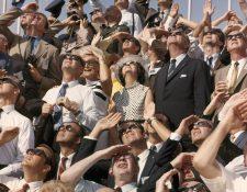 Fotografía de la NASA cedida por National Geographic donde aparecen el presidente Lyndon B. Johnson, la primera dama y el vicepresidente, Spiro Agnew, mientras observan el lanzamiento del Apolo 11.  (Foto Prensa Libre: EFE/Otis Imboden/National Geographic)