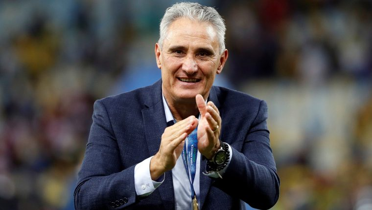 El entrenador de Brasil Tite celebra tras ganar la Copa América en el estadio Maracaná. (Foto Prensa Libre: EFE)