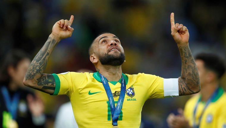 El jugador brasileño Dani Alves celebra el 7 de julio de 2019, tras ganar la Copa América 2019. (Foto Prensa Libre: EFE)