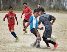 Niños juegan en un partido de futbol en la ciudad de Darjeeling (India), durante una prueba de talento de la ONG india Sudeva, que trabaja para cumplir el sueño de los niños que quieren ser futbolistas. (Foto Prensa Libre: EFE)