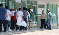 MEX00. MATAMOROS (MÉXICO), 13/07/2019.- Migrantes deportados colocan sus pertenencias en bolsas blancas este sábado al cruzar por la garita Puente Nuevo, en el paso fronterizo de Matamoros (México). El arribo a diario de un centenar de deportados mexicanos desde Estados Unidos a la ciudad fronteriza de Matamoros anticipa la posible llegada de más personas y pone en alerta a las instituciones, tras las anunciadas redadas masivas por parte del presidente Donald Trump. EFE/Abraham Pineda Jácome