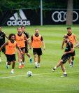 Los jugadores del Real Madrid Lucas Vázquez (i), Marcelo (3-i), y Sergio Ramos (c-i), entre otros, entrenan este domingo en las instalaciones Montreal Impact, en Montreal (Canadá). (Foto Prensa Libre: EFE)