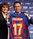 El delantero francés Antoine Griezmann (i) posa para los medios de comunicación con el presidente del club, Josep Maria Bartomeu en el Camp Nou tras firmar como jugador del F.C. Barcelona. (Foto Prensa Libre: EFE)