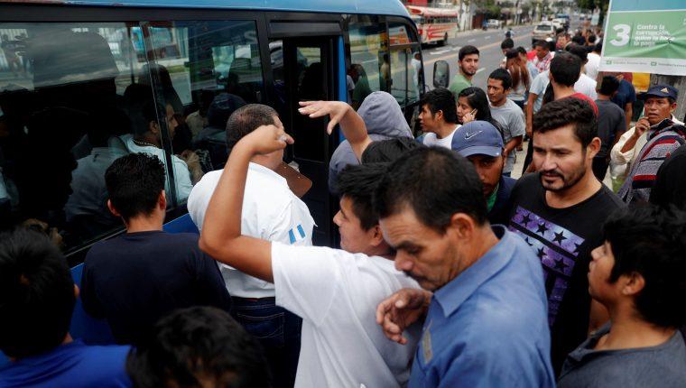 Un grupo de deportados sube a uno de los buses que facilita el Ministerio de Relaciones Exteriores para que sean trasladados a las terminales de buses. (Foto Prensa Libre. Hemeroteca PL)
