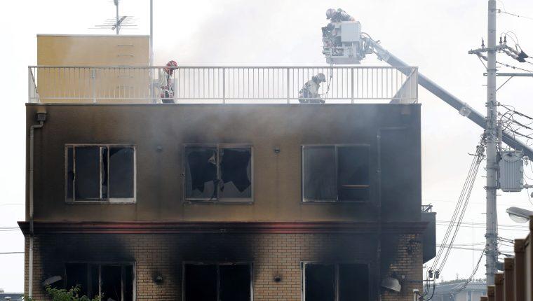 Varios bomberos trabajan en las labores de extinción de un incendio provocado en un edificio en Kyoto, Japón.  (Foto Prensa Libre: EFE)