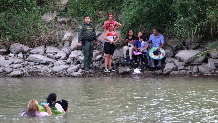 Las autoridades mexicanas aumentaron la vigilancia en las márgenes del río Bravo para inhibir a los migrantes que intentan cruzar a nado a Estados Unidos, informaron fuentes del Instituto Nacional de Migración. (Foto Prensa Libre: EFE)