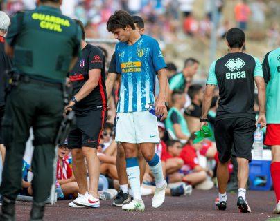 El delantero portugués del Atlético de Madrid João Félix se retira lesionado durante el partido amistoso del Torneo Memorial Jesús Gil que Atlético de Madrid y CD Numancia. (Foto Prensa Libre: EFE)