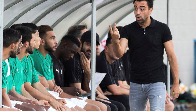 El exazulgrana Xavi Hernández, entrenador del equipo catarí Al-Sadd Sports Club, en el amistoso de pretemporada que su equipo juega contra el Palamós. (Foto Prensa Libre: EFE)