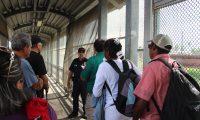 MATAMOROS(MÉXICO),22/07/2019.- Autoridades de migración de México ponen a disposición de sus contrapartes estadounidenses a un grupo de migrantes centroamericanos, este lunes en Matamoros (México). El grupo de migrantes fueron llamados por el gobierno de Estados Unidos para ingresar a sus territorio y que las autoridades correspondientes lleven a cabo la revisión de sus solicitud de asilo humanitario. Los extranjeros fueron conducidos por personal del Instituto Nacional de Migración y entregados a los funcionarios estadounidenses a mitad del Puente Nuevo, en Matamoros, Tamaulipas. EFE/Abraham Pineda Jácome